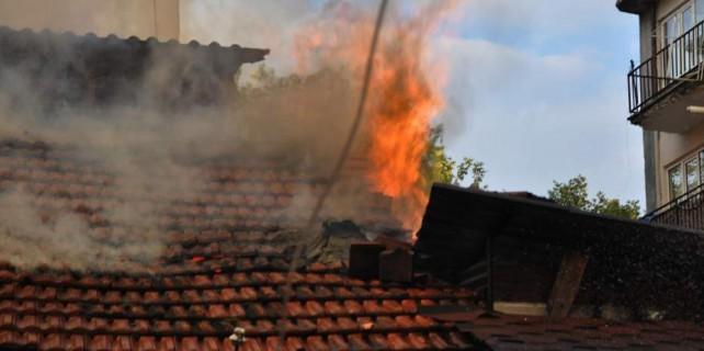 Yaşlı adamın evi alev alev yandı...