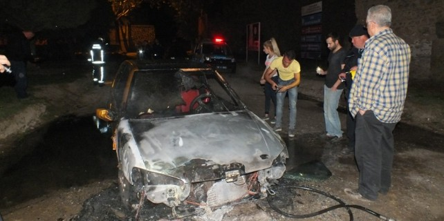 Bursa'da park halindeki araç küle döndü!