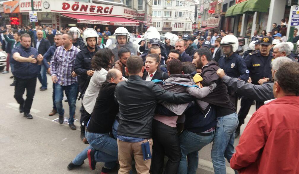 BURSA'DA İZİNSİZ GÖSTERİYE POLİS MÜDAHALESİ: 36 GÖZALTI
