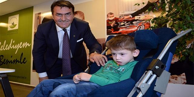 Doğuştan yürüme özürlü Uğur'a Mustafa Dündar'dan anlamlı hediye