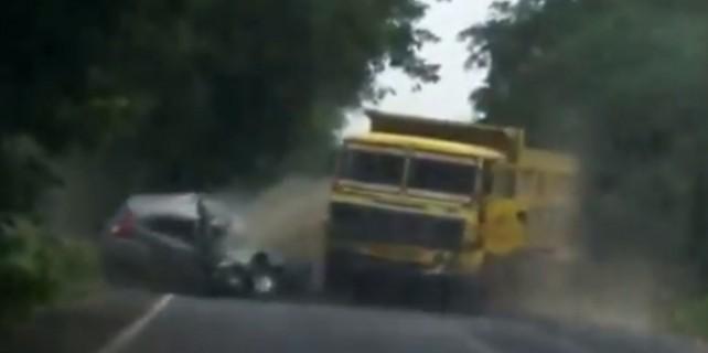 Otomobille kamyon kafa kafaya çarpıştı