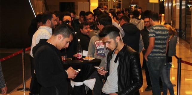 Bursa'da gece yarısı İphone 7 kuyruğu