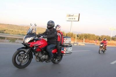 (ÖZEL HABER) ÖĞRETMEN ÇİFT MOTOSİKLETLE 60 KİLOMETRE YOL KAT EDEREK OKULA GİDİYOR ALTAN ÇİFTİNİN 12 YAŞINDAKİ ÇOCUKLARI EGE DE BABASININ MOTOSİKLETİNDE OKULUNA GİDİYOR