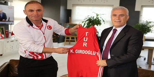 Şampiyonluk formasını Başkan Bozbey'e hediye etti