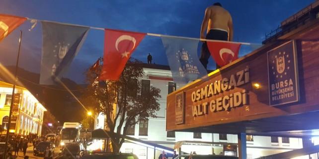 Erdoğan'ı beklerken birden soyundu