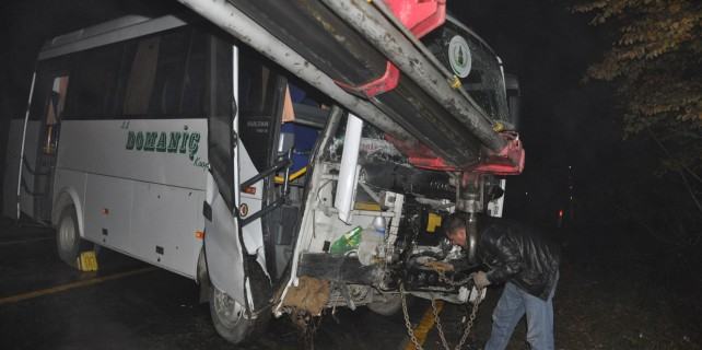 Bursa'da feci kaza...Servis aracı duvara çarptı
