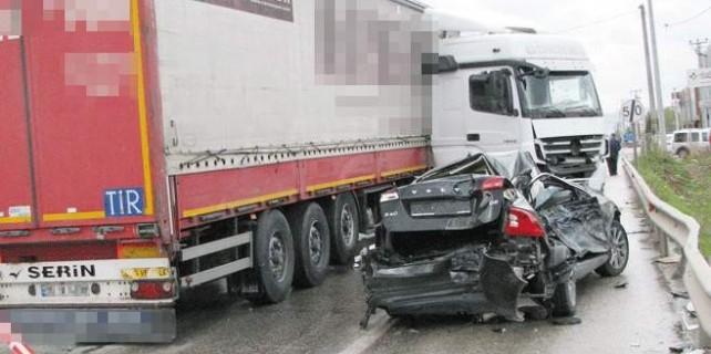 Bursa'da TIR, otomobili böyle biçti...