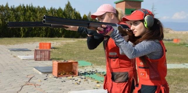 Bu kadınlar attıklarını vuruyor!