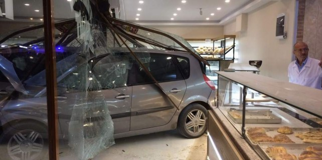 Bursa'da otomobil fırına daldı...12 yaralı