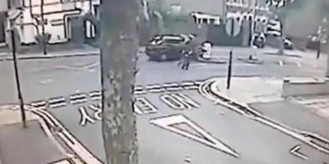 Otomobil yayaların arasına böyle daldı!