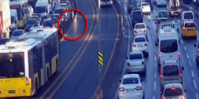 Çıplak vatandaş metrobüs yoluna atladı!