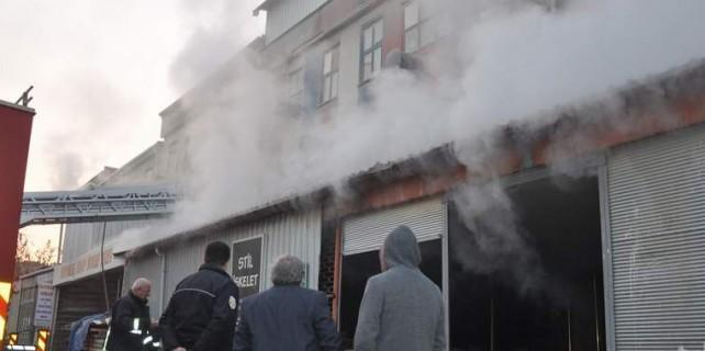 Mobilya imalathanesinde yangın paniği
