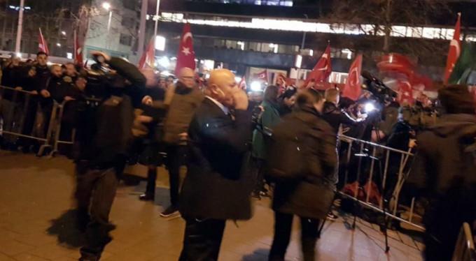 Hollanda'daki Türkler sokağa döküldü..!