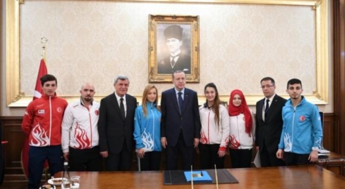 Erdoğan o sporcuları ödüllendirdi!