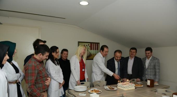 Bursalı doktorlara pastalı kutlama