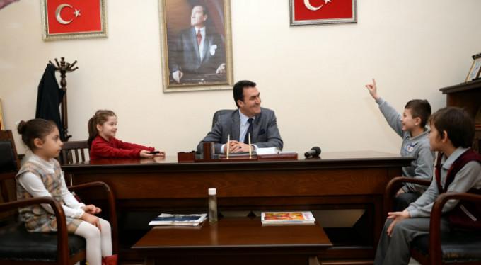 Mustafa Dündar, minik öğrencileri ağırladı