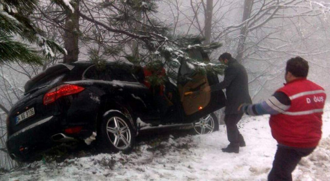 Feci kaza...Lüks jeep ağaçlara çarparak durabildi