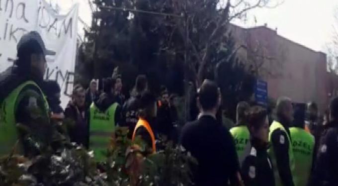 Terör yanlısı grup öğrencilere saldırdı!