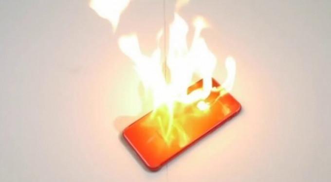 Kırmızı Iphone 7'yi böyle yaktı!