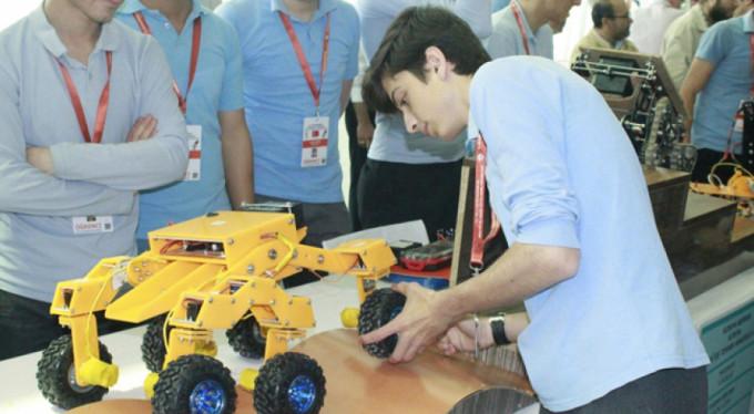 Liseli öğrencilerden yengeç robot