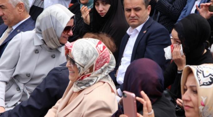 Ağlayan anneyi Bakan Kaya teselli etti