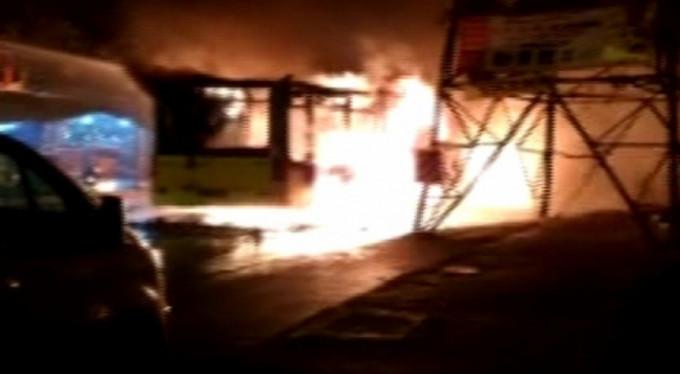 Yolcu otobüsünü durdurup ateşe verdiler! (VİDEO)