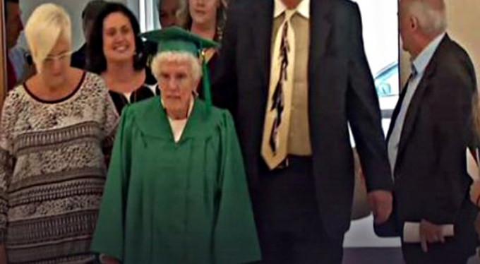 96'lık liseli mezun oldu