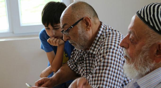 65 yaş üzerine akıllı telefon kullanma kursu