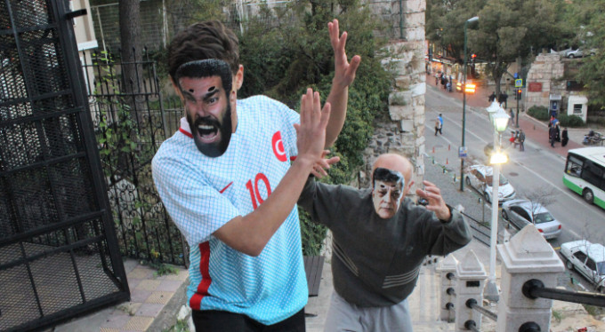 Bursa'da sopalı ve maskeli Arda Turan protestosu