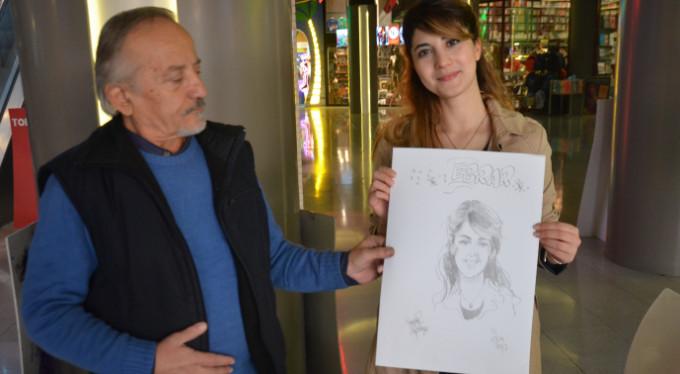 Bursa'da 5 dakikada 5 liraya portre çizimi