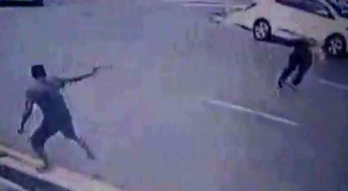 Silahlı gaspçı dehşeti kamerada