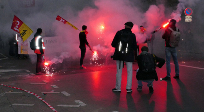 Fransa karıştı! Binlerce kişi sokakta