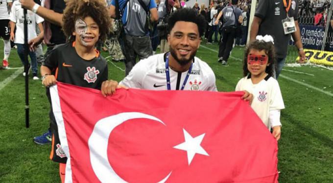 Colin Kazım'dan Türk bayrağı ile kutlama