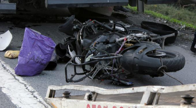Feci kaza! Motosiklet kamyonun altına girdi