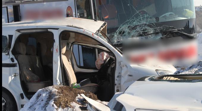 Yolcu otobüsü ile otomobil çarpıştı!