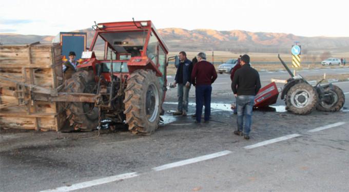 Tırın çarptığı traktör ikiye ayrıldı: 2 yaralı