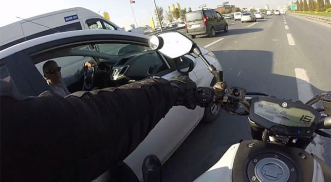 Trafikte terör saçan motosikletli kamerada