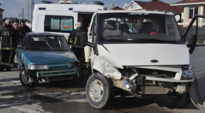 Bursa'da feci kaza! Araca sıkıştılar...