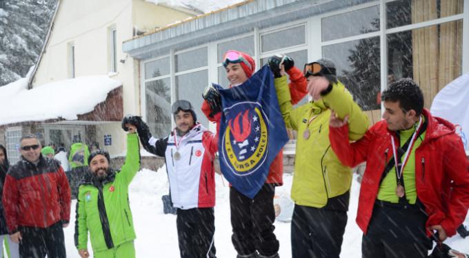 Uludağ'da gençlerin kayak heyecanı!