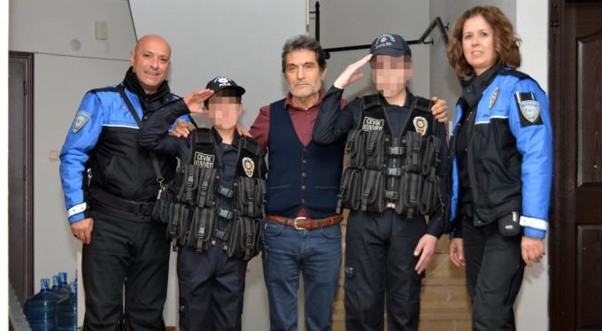Polisler çocukların yüzünü güldürdü.