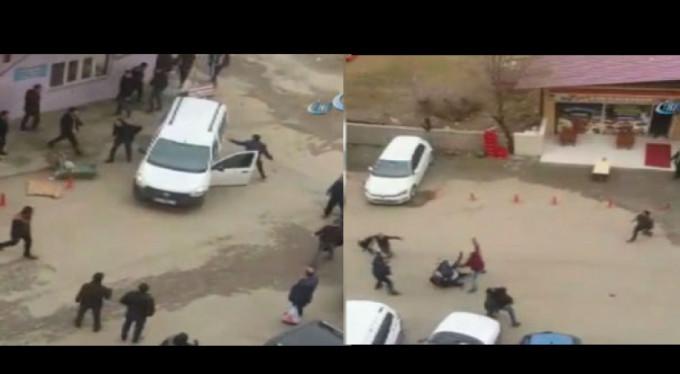 Tartıştığı grubun arasına arabayla daldı!