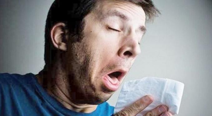 Hapşırırken boğazı yırtıldı!