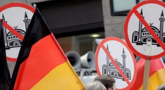 Almanya'da camilere 13 saldırı yapıldı