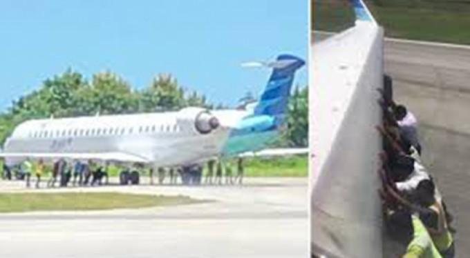 Yolcular uçağı itti!