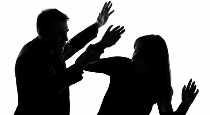 Boşanmak istediği eşi tarafından dövüldü!