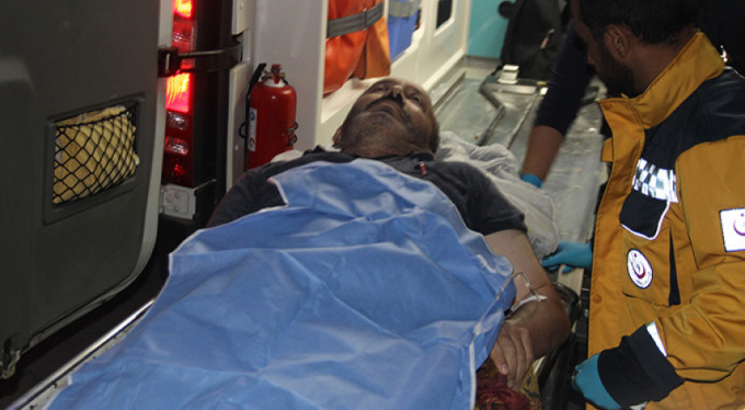 Husumetli akrabaların yol verme kavgası kanlı bitti: 3 yaralı