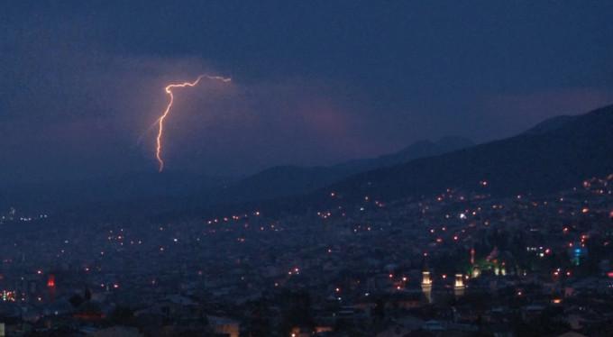 Bursa'da gökyüzünü şimşekler aydınlattı!