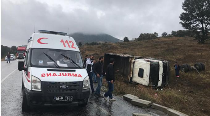 Bursa'da kamyon devrildi!