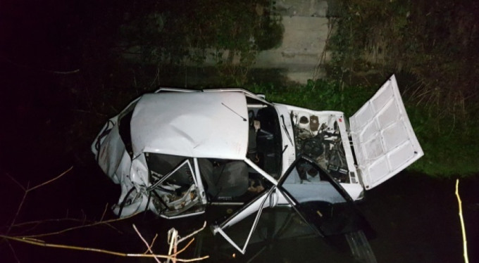 Kontrolden çıkan otomobil kanala uçtu: 3 yaralı