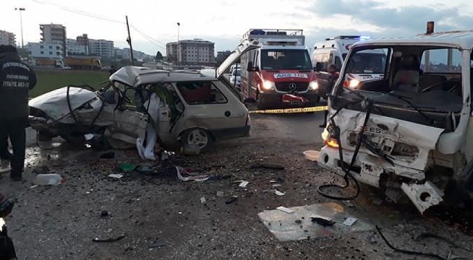 İki araç kafa kafaya çarpıştı: 1 ölü, 3 yaralı